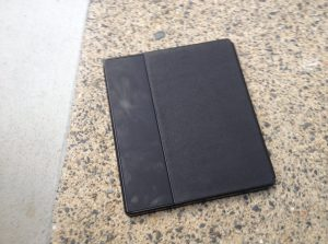 The back of the Kindle Oasis: Note how the cover doesn't fully extend.